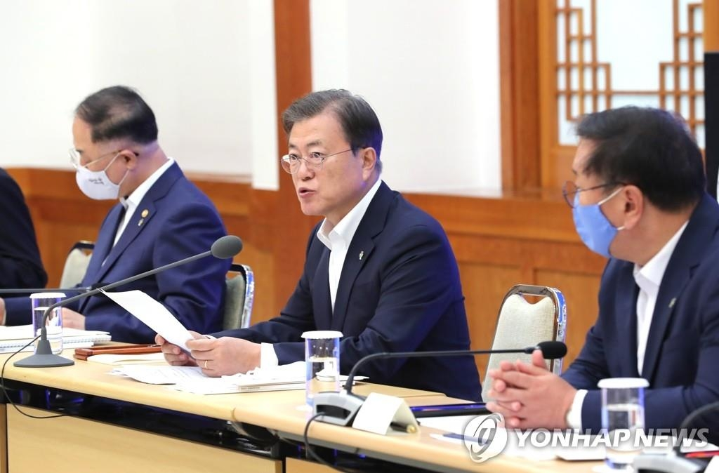 President Moon Jae-in (C) in a file photo (Yonhap)