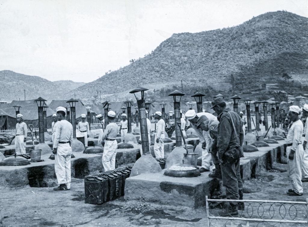 People prepare food for POWs at the Geoje camp in a photo taken by the ICRC on June 5, 1951. (PHOTO NOT FOR SALE) (Yonhap)