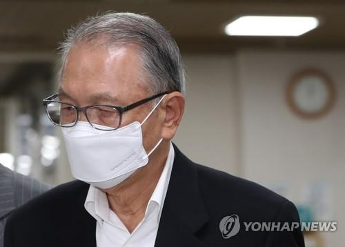 Kim Ki-choon, a former chief of staff to ousted former President Park Geun-hye, appears for a ruling at the Seoul High Court on June 26, 2020. (Yonhap)