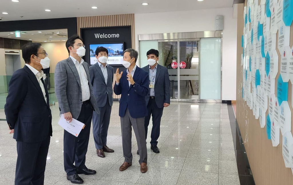 This photo provided by Samsung Electronics on June 30, 2020, shows Samsung Electronics Vice Chairman Lee Jae-yong (2nd from L) listening to an executive's briefing during a visit to a production facility of Semes Co., a Samsung group affiliate that makes semiconductor and display manufacturing equipment, in Cheonan, some 90 kilometers south of Seoul. (PHOTO NOT FOR SALE) (Yonhap)