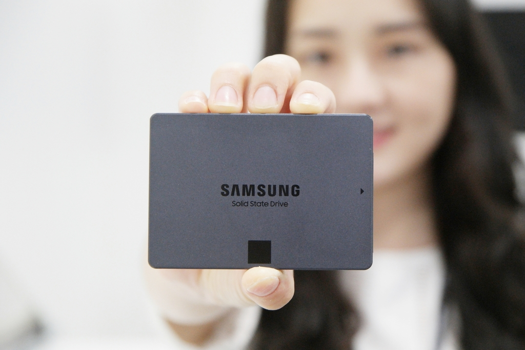 This photo provided by Samsung Electronics Co. on July 1, 2020, shows the company's new solid state drive, the 870 QVO SATA SSD. (PHOTO NOT FOR SALE) (Yonhap)