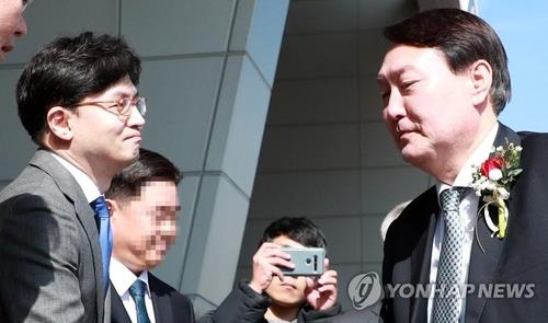 The file photo, taken in the southeastern port city of Busan on Feb. 13, 2020, shows prosecutor Han Dong-hoon (L) and Prosecutor General Yoon Seok-youl (R). (Yonhap)