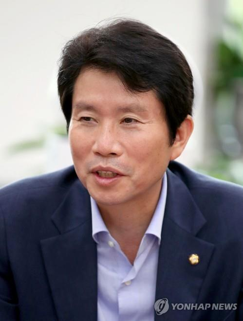(LEAD)(profile) Four-term ruling party lawmaker named unification minister