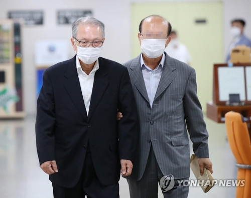 Kim Ki-choon (L) heads to a hearing at the Seoul High Court on July 9, 2020. (Yonhap)