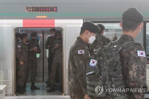 Soldiers board a train at a station in Paju, north of Seoul, on May 8, 2020, as they are allowed to go on vacation after more than two months of restrictions amid fears about the spread of the new coronavirus. The military began to lift the restrictions on vacationing the same day in line with the government's decision to end a weekslong, strict social distancing campaign amid signs of a slowdown in virus infections. (Yonhap)