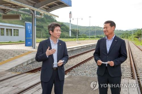 Unification Minister Lee In-young (L) speaks at Jejin Station in the border town of Goseong on July 31, 2020, in this photo provided by the Goseong county government. (PHOTO NOT FOR SALE) (Yonhap)
