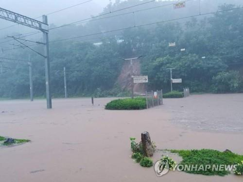 (LEAD) Heavy rain pummels S. Korea, leaving 1 man dead, 2 missing