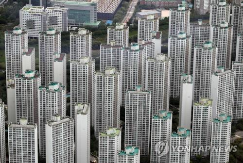 This photo, taken on July 15, 2020, shows high-rise apartments in the southeastern Seoul ward of Songpa as seen from an observatory at Lotte World Tower, also in Songpa. Songpa is regarded as one of the four southern Seoul wards where housing prices are higher compared with other areas of the capital. (Yonhap)