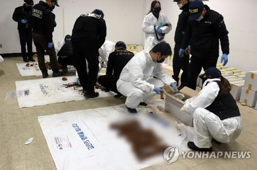 This file photo, provided by the May 18 Memorial Foundation, shows researchers examining remains unearthed from a former prison site in Gwangju, 330 kilometers south of Seoul. (PHOTO NOT FOR SALE) (Yonhap)