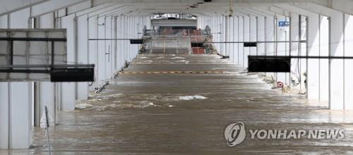 Jamsu Bridge on the Han River in Seoul is flooded for the eighth day in a row on Aug. 10, 2020, amid continued heavy rains. (Yonhap)