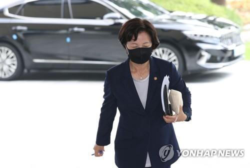 Justice Minister Choo Mi-ae arrives at the government complex in central Seoul on Sept. 15, 2020, to attend a Cabinet meeting. (Yonhap)