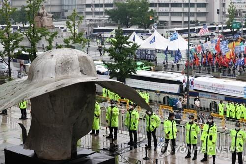 Police cordon off an area at Gwanghwamun Square in downtown Seoul on Aug. 15, 2020, as a number of groups move to hold protest rallies amid a rise in COVID-19 cases in the capital city. (Yonhap)