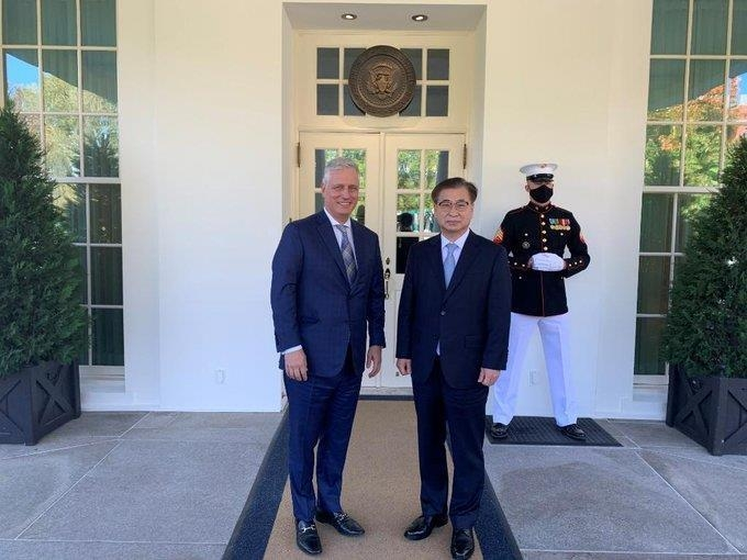 This captured image from the Twitter account of the U.S. National Security Council shows U.S. National Security Adviser Robert O'Brien (L) and his South Korean counterpart, Suh Hoon, posing after their meeting at the White House on Oct. 14, 2020. (Yonhap)