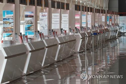 No customer is seen at travel agency counters at Incheon International Airport, west of Seoul, on April 22, 2020, amid the coronavirus pandemic. (Yonhap)