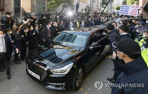 A black sedan carrying former President Lee Myung-bak leaves for the Seoul Central District Prosecutors Office on Nov. 2, 2020. (Yonhap)