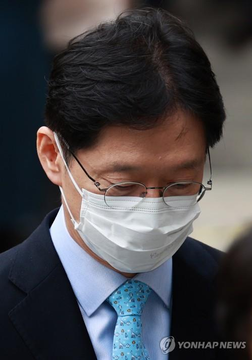 South Gyeongsang Province Gov. Kim Kyoung-soo leaves after his appeals trial at the Seoul High Court on Nov. 6, 2020. (Yonhap)