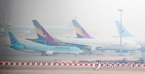 This photo, taken on Nov. 15, 2020, shows Korean Air and Asiana planes at Incheon International Airport, just west of Seoul. (Yonhap)