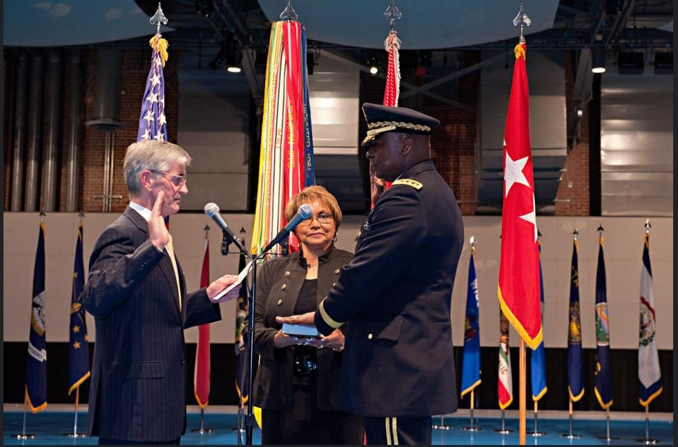 The captured image from the website of the U.S. Army shows Gen. Lloyd Austin (R), now retired, being sworn in as vice chief of staff of the Army in a Jan. 31, 2012, ceremony at Fort Myer, Va. (Yonhap)