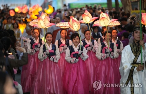 This file photo from May 5, 2019, shows participants holding lotus-shaped lanterns during a lantern lighting festival in central Seoul. (Yonhap)