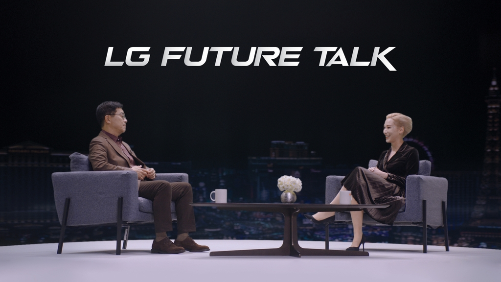 This photo provided by LG Electronics Inc. on Jan. 12, 2021, shows Chief Technology Officer Park Il-pyung (L) speaking with the event host Amy Aleha at LG Future Talk. (PHOTO NOT FOR SALE) (Yonhap)