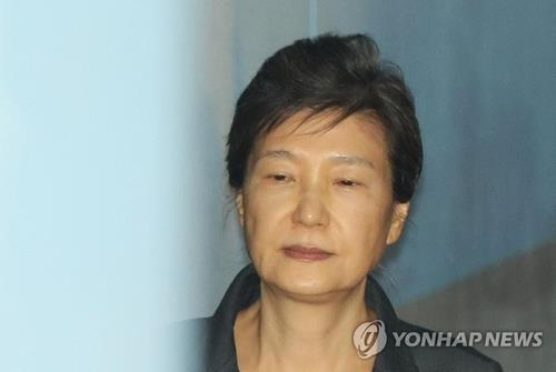 In this file photo, former President Park Geun-hye heads to the Seoul Central District Court to attend her trial in Seoul on Sept. 29, 2017. (Yonhap)