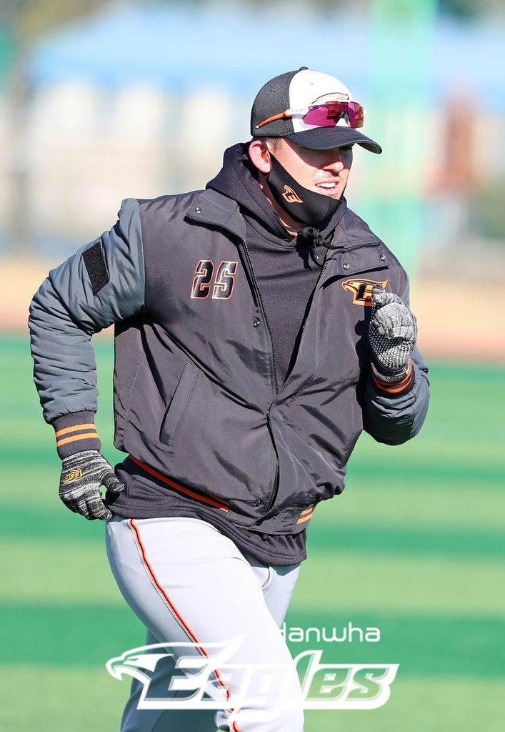 Ryon Healy of the Hanwha Eagles runs during practice at Hacheong Sports Town in Geoje, South Gyeongsang Province, on Feb. 2, 2021, in this photo provided by the Eagles. (PHOTO NOT FOR SALE) (Yonhap)