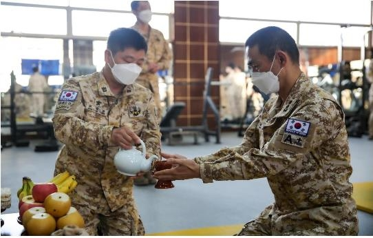 South Korean service members affiliated with the Akh Unit in the United Arab Emirates hold a memorial service for ancestors ahead of the Lunar New Year that falls on Feb. 12, 2021, in this photo provided by the Joint Chiefs of Staff (JCS) on the day. (PHOTO NOT FOR SALE) (Yonhap)