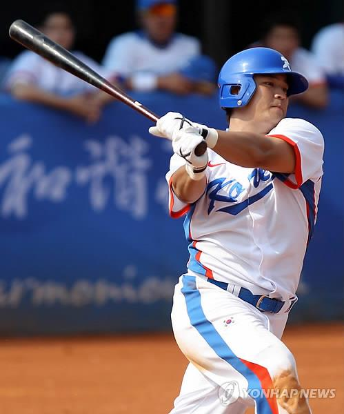 In this file photo from Nov. 18, 2010, Choo Shin-soo of South Korea hits a solo home run against China in the bottom of the third inning of the semifinal in the baseball tournament at the Guangzhou Asian Games at Aoti Baseball Field in Guangzhou, China. (Yonhap)