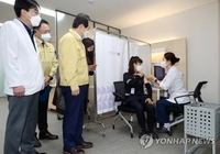 (LEAD) About 18,500 Koreans get COVID-19 vaccines on vaccination Day 1