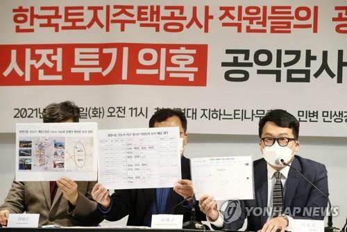Seo Sung-min (R), a lawyer from Minbyun, speaks during a press conference at the group's office in Seoul on March 2, 2021. (Yonhap)