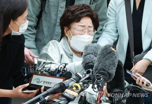 Lee Yong-soo, one of the 15 registered surviving South Korean victims of sexual slavery by Japan during World War II, talks to reporters after a ruling that dismissed the compensation lawsuit against the Japanese government outside the Seoul Central District Court on April 21, 2021. (Yonhap)