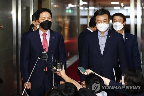 Reps. Kim Gi-hyeon (L) and Yun Ho-jung, floor leaders of the main opposition People Power Party and the Democratic Party, respectively, speak to reporters after failing to reach an agreement over a contentious media bill on Aug. 30, 2021. (Yonhap)