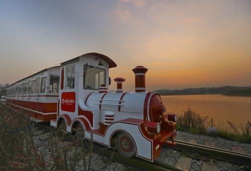 저물녘 의왕호수 열차를 타는 것은 로맨틱하다.(성연재)