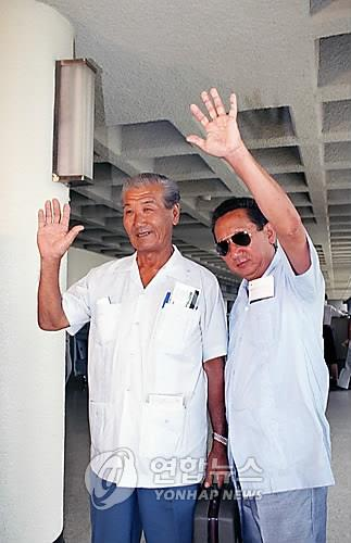 임은조 씨(왼쪽)와 박금성 씨가 쿠바 동포로는 처음으로 1995년 8월 10일 김포공항을 통해 입국하며 환영객들에게 손을 흔들어 인사하고 있다. [연합뉴스 자료 사진]