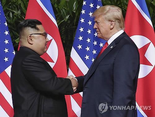 사진은 지난 2018년 6월12일 싱가포르에서 회동한 트럼프(오른쪽) 미국 대통령과 북한 김정은이 악수하는 모습 [EPA=연합뉴스 자료사진]