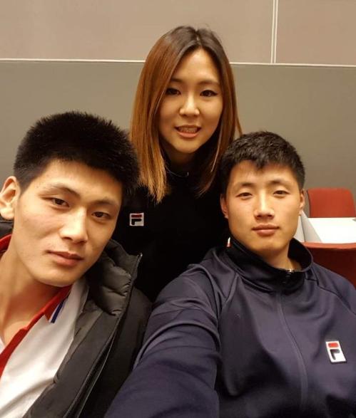 북측 선수들과 남북단일팀 매니저