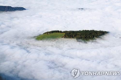리기 산의 벼랑 아래로 보이는 운해(雲海). 연합DB