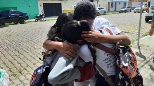 총기 난사 피해자 가족들이 오열하고 있다. [브라질 뉴스포털 G1]