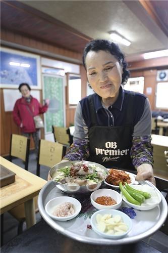주인 부부는 수십 년 같은 자리에서 식당과 이발소를 운영해 왔다. [사진/성연재 기자]