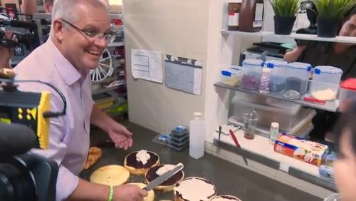 한인 제과점에서 케이크를 만들고 있는 스콧 모리슨 연방 총리