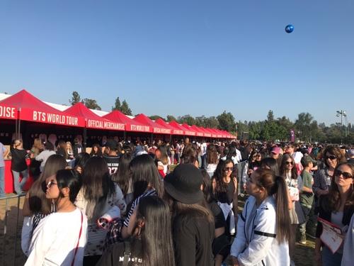 로즈볼 스타디움 BTS 공식상품 판매점 앞 행렬