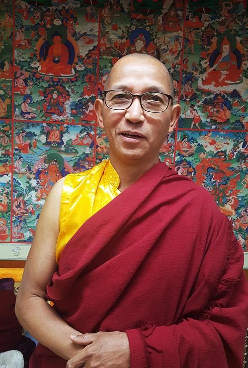 (서울=연합뉴스) 이희용 기자 = 서울네팔법당 주지 쿤상 라마가 부처님오신날의 의미를 설명하고 있다.