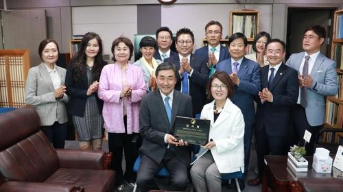 로라 전 회장이 이종걸 의원(앞줄 왼쪽)에 감사패를 전달하고 있다