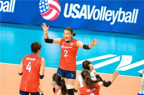 한국 여자배구 대표팀의 표승주(중앙)가 공격 성공 후 기뻐하고 있다.