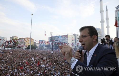 (이스탄불 AP=연합뉴스) 현지시간 10일 터키 제1야당 '공화인민당'(CHP)의 에크렘 이마모을루(49)가 이스탄불 시내에서 시장 재선거를 위한 유세를 하고 있다.