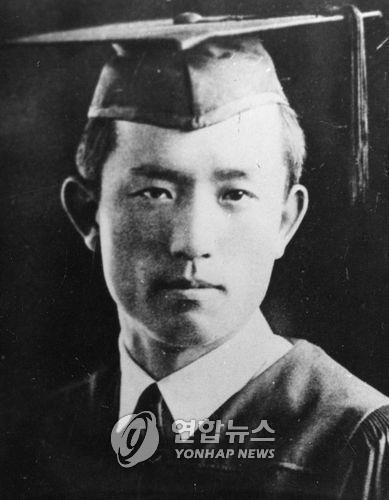1941년 12월 연희전문 졸업을 앞두고 찍은 윤동주의 모습