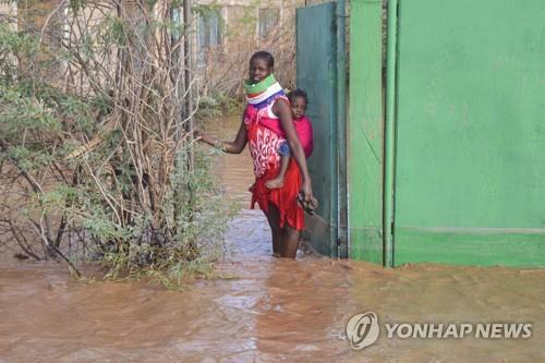 지난달 홍수의 피해를 본 아프리카 케냐. 아프리카 동부에 있는 소말리아에서는 피해가 더욱 커 이재민 수십만명이 발생한 것으로 전해지고 있다. 산업화를 이루지 못한 아프리카로서는 선진국들이 산업화 과정에서 배출한 온실가스의 대가를 억울하게 치르고 있는 셈이다.[AFP=연합뉴스 자료사진]