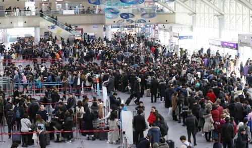 3일 오전 이용객들로 붐비는 김해공항 국제선 출국장
