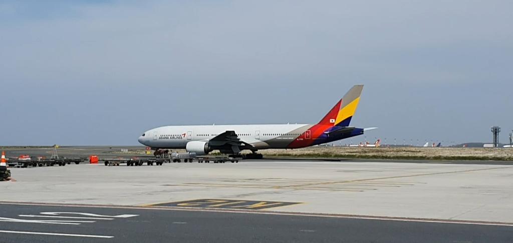이스탄불 공항서 이륙 준비 중인 아시아나항공 특별기