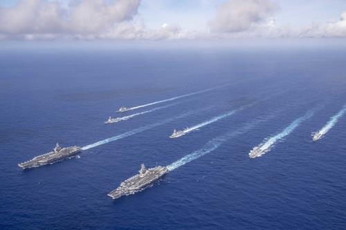 필리핀해에서 작전 중인 미국 항공모함 2척